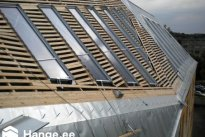 TRENDMASTER OÜ Katusetööd, Uue korruse puitkonstruktsioonide ehitus ja valtsplekist katusekatte paigaldustööd. Valtsplekk-katuse ehitus.