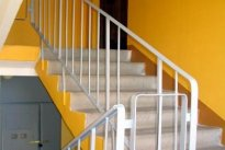 Veiko Trumm FIE Eramu ehitus, trepi käsipudue remont, trepi käsipuud, kortermaja trepikoja remont